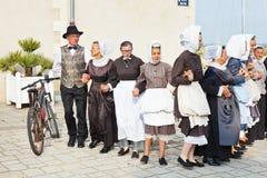 Amatörer i nationella klänningar som dansar folkdans Arkivbilder