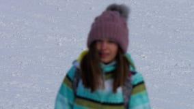 Amatörmässig sluttande skidåkareflicka arkivfilmer
