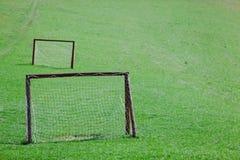 Amatörmässig spelplan - grön äng med två mål arkivbild