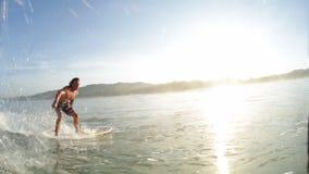 Amatörmässig surfare i havet stock video