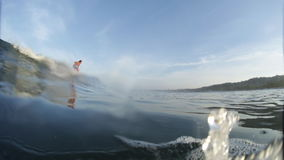 Amatörmässig surfare i havet arkivfilmer