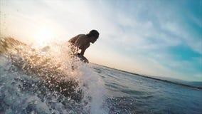 Amatörmässig surfare på vågen stock video