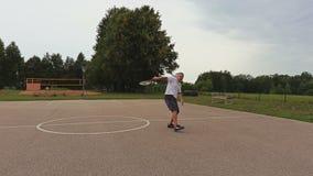 Amateur, der Tennis spielt stock video footage