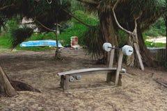 Amateur openluchtgymnastiek bij het strand onder palmen royalty-vrije stock fotografie