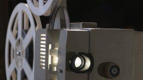 Amateurbioskoop Projector voor 8mm film jaren '60, jaren '70, de jaren '80jaren Huisbioskoop Film super 8 Lengteklem 4K stock footage