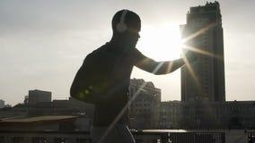 Amateurbokser opleiding voor belangrijkste strijd, specifieke sportmotivatie stock footage