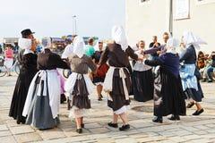 Amateure in den gebürtigen Kleidern, die Volkstanz tanzen Lizenzfreies Stockbild