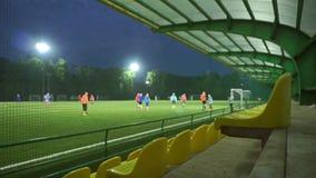 Amateurfußballspielzeitlupe bokeh Video Breite Ansicht der leeren Tribüne
