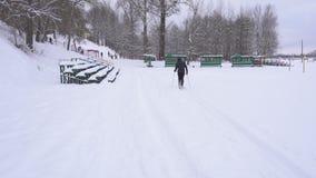 Amateurkerl fährt im Winter im Frostwetter, Lebensstil Ski stock footage