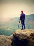 Amateurphotograph bereiten Kamera macht eindrucksvolle Fotos von nebelhaften Fallbergen vor Lizenzfreie Stockfotos