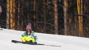 Amateurskifahrermädchen abwärts stock video footage