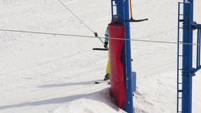 Amateurskifahrermädchen auf einem Aufzug stock video