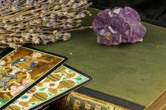 Amatista en un Libro verde, la lavanda y el tarot foto de archivo libre de regalías
