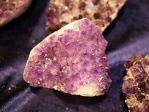 Amatista grande en fondo púrpura imágenes de archivo libres de regalías