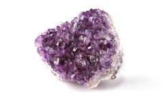 Amatista púrpura en un fondo blanco Imágenes de archivo libres de regalías