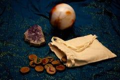 Amatista y bola de cristal con las runas Imagenes de archivo