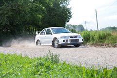 Amatora wiec, droga gruntowa, samochód z jeźdzem Latvia 2018 obraz stock