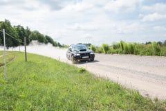 Amatora wiec, droga gruntowa, samochód z jeźdzem Latvia 2018 obraz royalty free