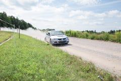Amatora wiec, droga gruntowa, samochód z jeźdzem Latvia 2018 obrazy stock