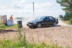 Amatora wiec, droga gruntowa, samochód z jeźdzem Latvia 2018 obrazy royalty free