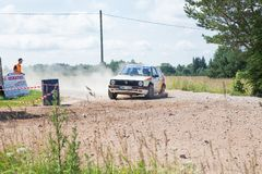 Amatora wiec, droga gruntowa, samochód z jeźdzem Latvia 2018 zdjęcia royalty free