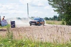 Amatora wiec, droga gruntowa, samochód z jeźdzem Latvia 2018 zdjęcie stock