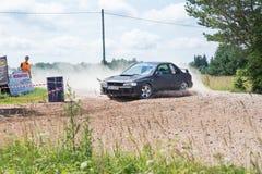 Amatora wiec, droga gruntowa, samochód z jeźdzem Latvia 2018 fotografia stock