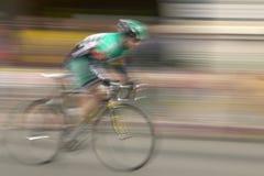 Amatorscy mężczyzna Bicyclists współzawodniczy w Garrett Lemire Prix Pamiątkowym Uroczystym Krajowym Bieżnym obwodzie na Kwietniu Obrazy Stock