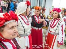 Amatorscy wykonawcy w krajowych kostiumach przy Bułgarskimi Nestenar grami Obrazy Stock