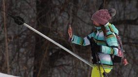 Amatorska narciarki dziewczyna na dźwignięciu zbiory
