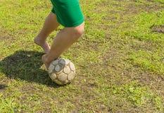 Amatorska piłka nożna na starym i złym polu obrazy royalty free