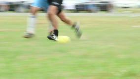 Amatorski gracz próbuje dostawać piłkę spada puszek na ziemi zbiory