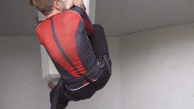 Amatorski krańcowy relaksu szkolenie w mountaineering młody sportowy facet wspina się na skale na wspinaczkowej ścianie wolny zbiory wideo