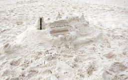 Amatorski piaska kasztel na biel plaży Zdjęcia Royalty Free