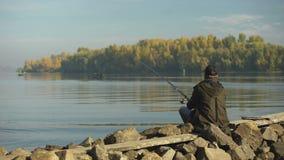 Amatorski rybaka połów na brzeg rzekim, rekreacyjna aktywność, wiejski wjazd zbiory