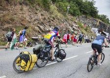 Amatörmässiga cyklister på vägarna av Le Tour De France Royaltyfri Bild