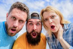 Amazed überraschte Gesichtsausdruck Wie man Leute beeindruckt Entsetzender Eindruck Männer mit Bart und Frau, die entsetzt schaut stockfotos