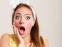 Amazed überraschte Stift herauf Mädchen mit dem breiten Mund sich öffnen Stockfotos