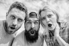 Amazed ?berraschte Gesichtsausdruck Wie man Leute beeindruckt Entsetzender Eindruck M?nner mit Bart und Frau, die entsetzt schaut lizenzfreies stockfoto