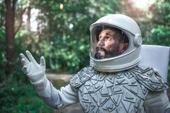 Amazed desconcertar al astronauta que echaba un vistazo para arriba Fotografía de archivo libre de regalías