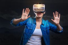 Amazed a fasciné la femme découvrant des occasions de VR Photo stock