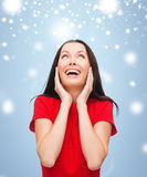 Amazed junge Frau im roten Kleid lachend Stockfoto