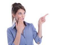 Amazed lokalisierte die Frau, die mit ihrem Finger zeigt. Lizenzfreie Stockfotografie