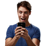 Amazed man with smartphone Royalty Free Stock Photography