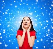 Amazed que ríe a la mujer joven en vestido rojo Fotos de archivo