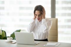 Amazed regte die Geschäftsfrau auf, die mit unerwarteten guten Nachrichten w entsetzt wurde lizenzfreie stockfotografie