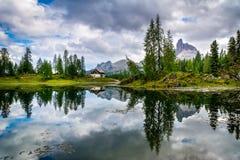 Amazing Lago Di Federa See con la reflexión hermosa El paisaje majestuoso con dolomías enarbola, Cortina d'Ampezzo, el Tyrol del  imagen de archivo