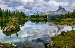 Amazing Lago Di Federa See mit schöner Reflexion Majestätische Landschaft mit Dolomit ragen, Cortina d'Ampezzo, Süd-Tirol empor, lizenzfreies stockfoto