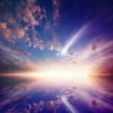 Amazingl rozjarzony zmierzch z spada kometą zdjęcie royalty free