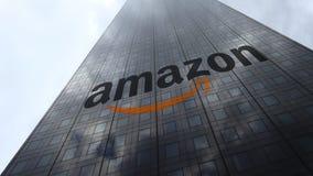 amazon logotipo en las nubes reflectoras de una fachada del rascacielos, lapso de COM de tiempo Representación editorial 3D metrajes